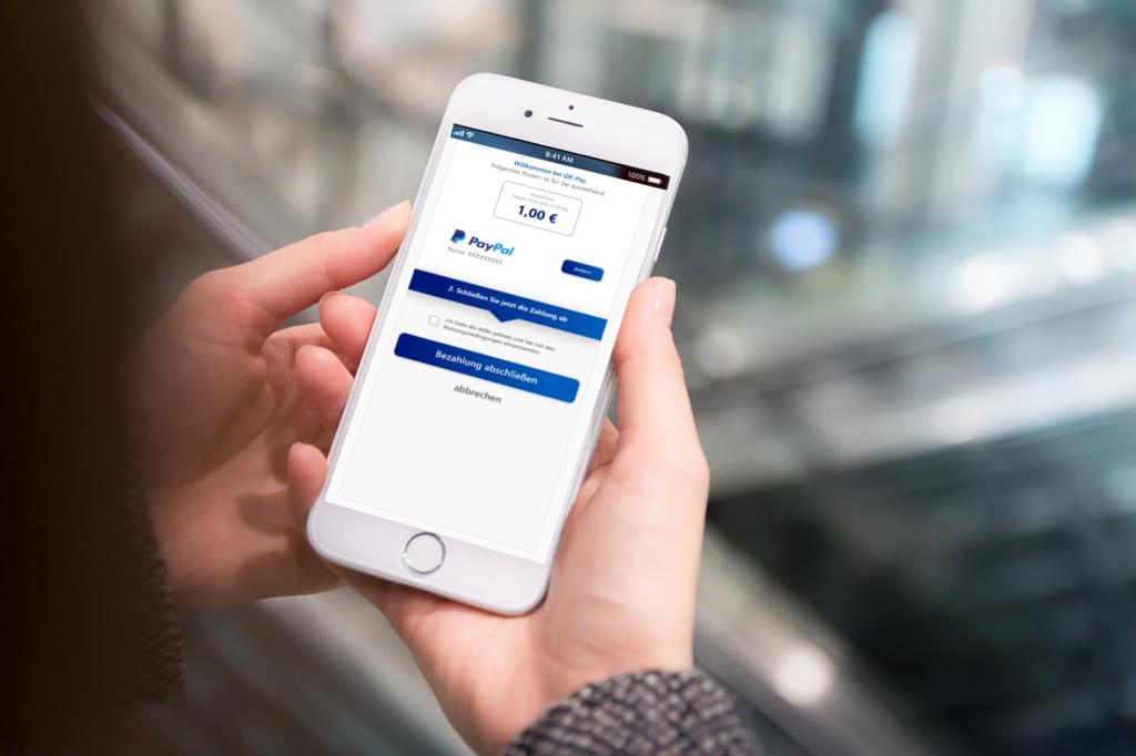 Kunde scannt QR-Code am Handy und wählt die Bezahlmethode wie z.B. PayPal aus