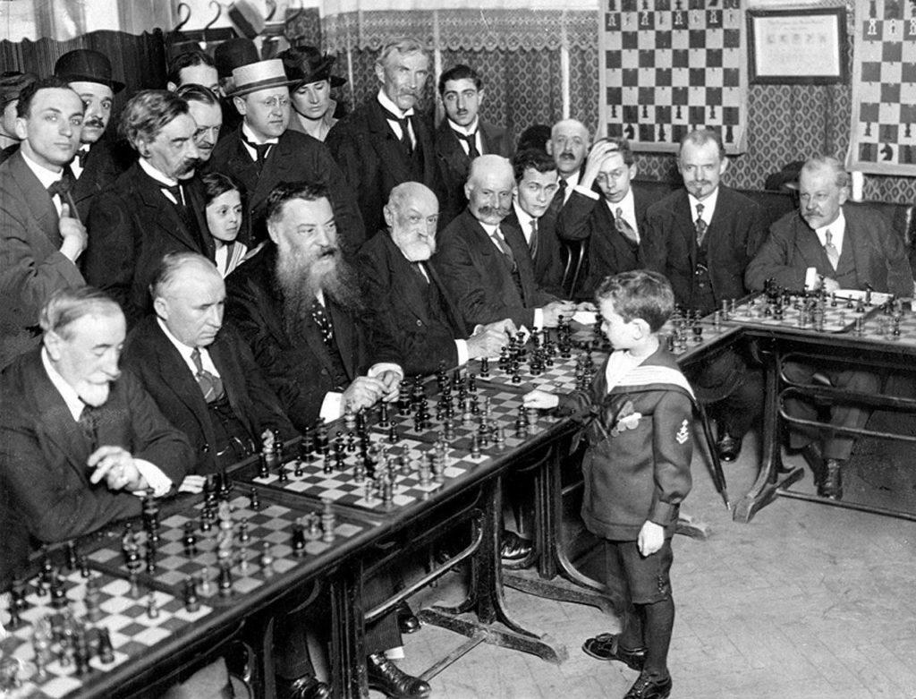 8-jähriger Samuel Reshevsky beim Simultanschach 1920 in Frankreich